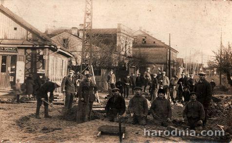 Брукаванне вуліцы. Вугал вуліц Напалеонскай (Карбышава) і Пілсудскага (Леніна)