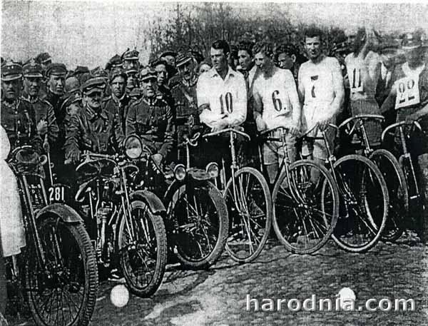Спортсмены мотоциклисты и велосипедисты. В центре Л. Шиповский. Фото Виктора Саяпина.