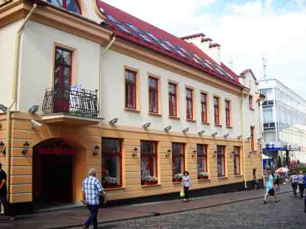 Здание-новодел, построенное на месте кафе Котовского. Фото Виктора Саяпина.